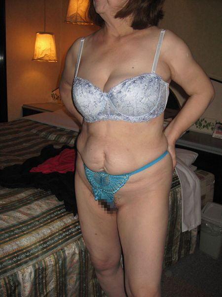 【画像】TバックやTフロントの紐パンを履いた熟女・人妻がエロ過ぎたww 32枚 No.18