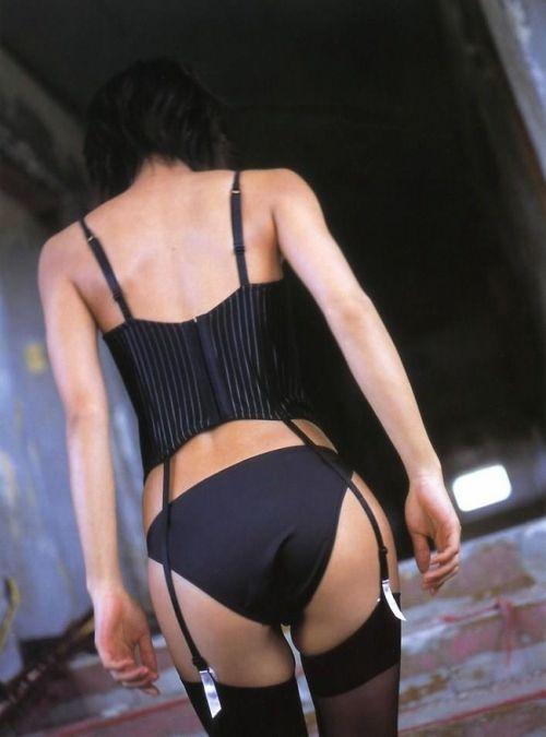 熟女・人妻が黒ガータベルトで妖艶な色気を醸し出してるエロ画像 32枚 No.13