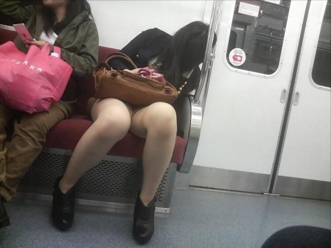 列車内で対面に座った社内レディーのトライアングルパンツ丸見えを秘密撮影したえろ写真