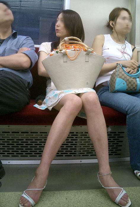 電車内で対面に座ったOLのトライアングルパンチラを盗撮したエロ画像 34枚 No.2