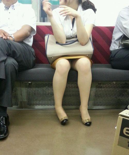電車内で対面に座ったOLのトライアングルパンチラを盗撮したエロ画像 34枚 No.3