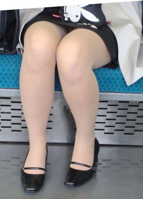 電車内で対面に座ったOLのトライアングルパンチラを盗撮したエロ画像 34枚 No.4