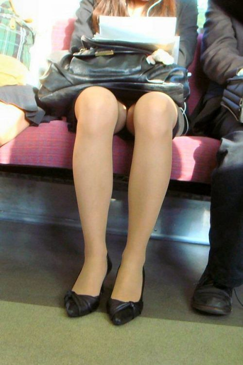 電車内で対面に座ったOLのトライアングルパンチラを盗撮したエロ画像 34枚 No.5