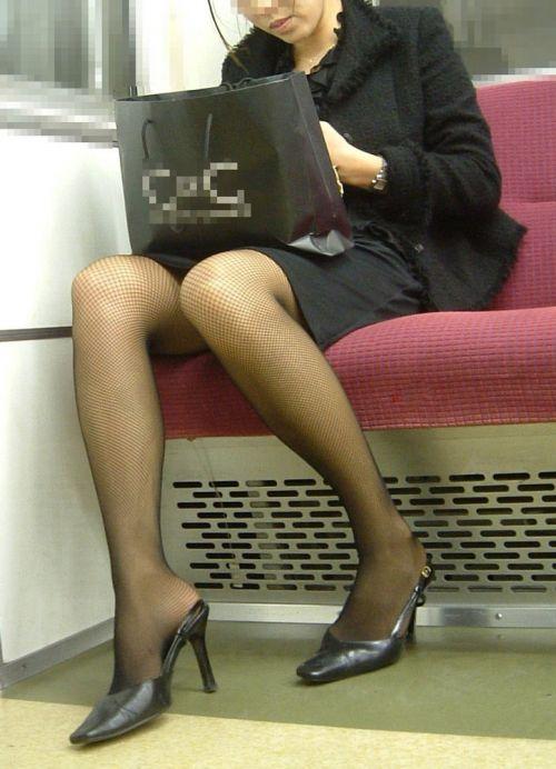 電車内で対面に座ったOLのトライアングルパンチラを盗撮したエロ画像 34枚 No.8