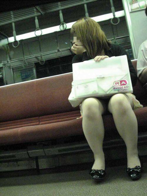 電車内で対面に座ったOLのトライアングルパンチラを盗撮したエロ画像 34枚 No.9