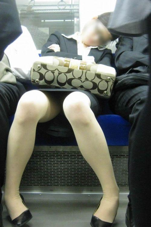 電車内で対面に座ったOLのトライアングルパンチラを盗撮したエロ画像 34枚 No.10
