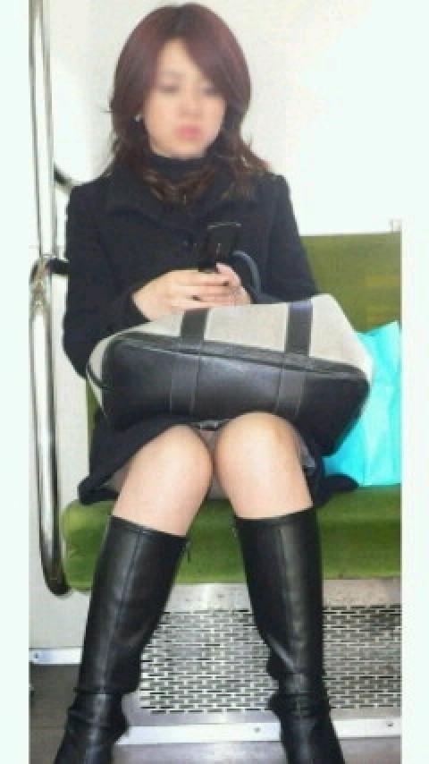 電車内で対面に座ったOLのトライアングルパンチラを盗撮したエロ画像 34枚 No.12