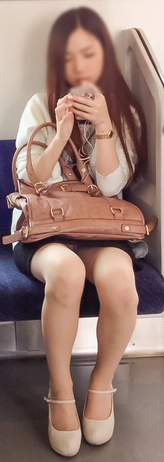電車内で対面に座ったOLのトライアングルパンチラを盗撮したエロ画像 34枚 No.13