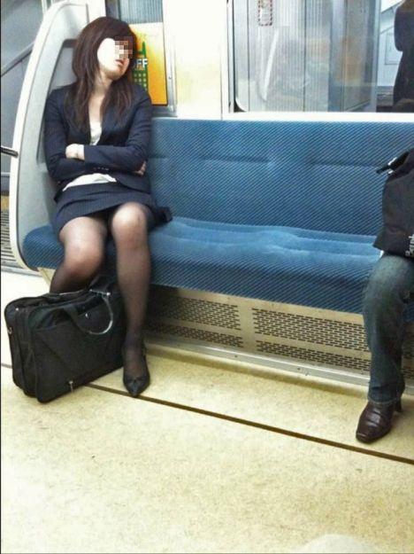 電車内で対面に座ったOLのトライアングルパンチラを盗撮したエロ画像 34枚 No.15