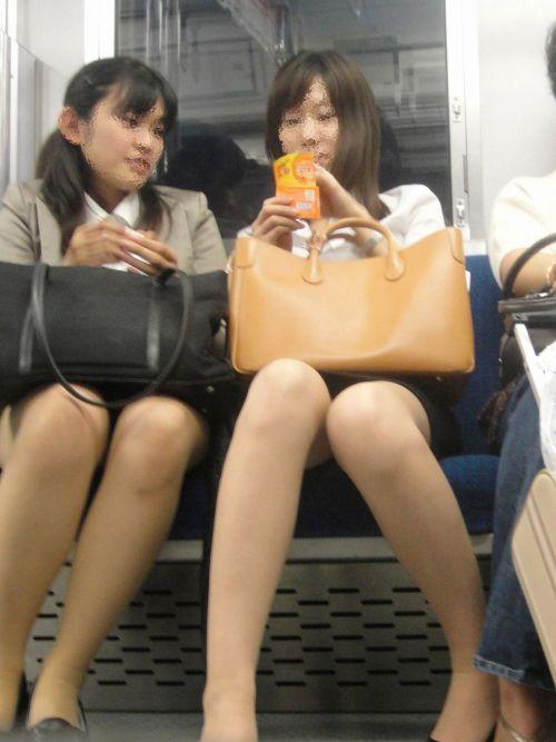 電車内で対面に座ったOLのトライアングルパンチラを盗撮したエロ画像 34枚 No.17