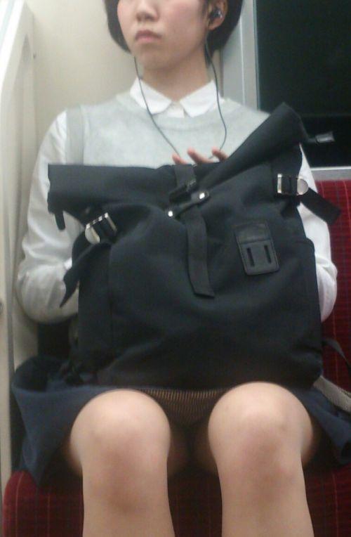 電車内で対面に座ったOLのトライアングルパンチラを盗撮したエロ画像 34枚 No.18