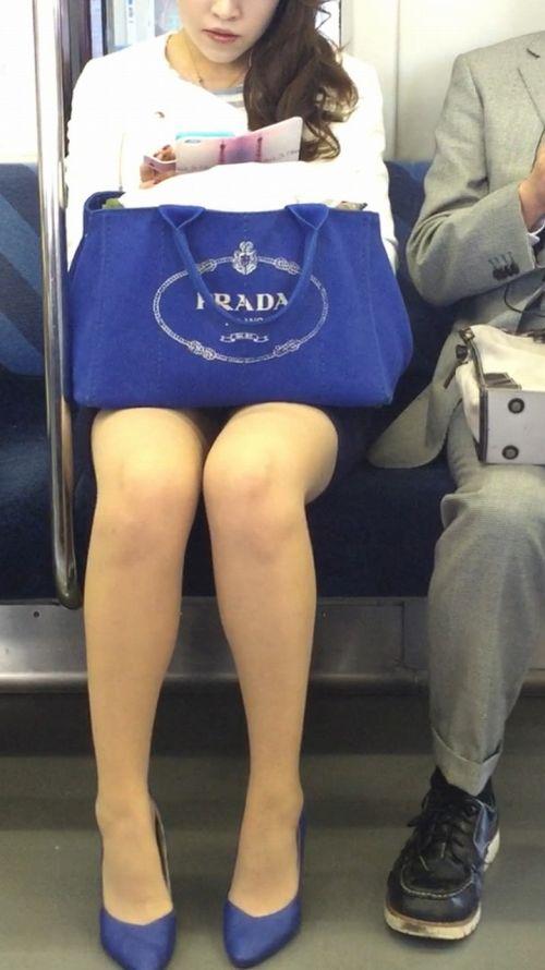 電車内で対面に座ったOLのトライアングルパンチラを盗撮したエロ画像 34枚 No.20