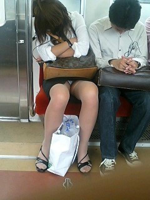 電車内で対面に座ったOLのトライアングルパンチラを盗撮したエロ画像 34枚 No.21
