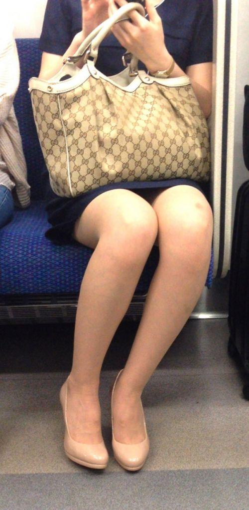 電車内で対面に座ったOLのトライアングルパンチラを盗撮したエロ画像 34枚 No.22