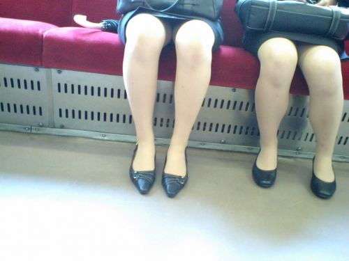 電車内で対面に座ったOLのトライアングルパンチラを盗撮したエロ画像 34枚 No.24