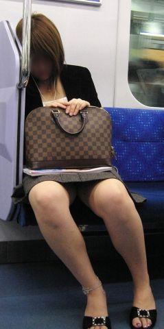 電車内で対面に座ったOLのトライアングルパンチラを盗撮したエロ画像 34枚 No.25