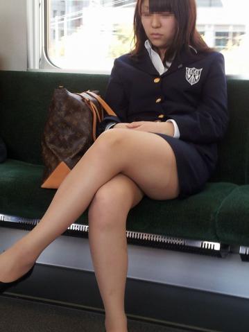 電車内で対面に座ったOLのトライアングルパンチラを盗撮したエロ画像 34枚 No.27