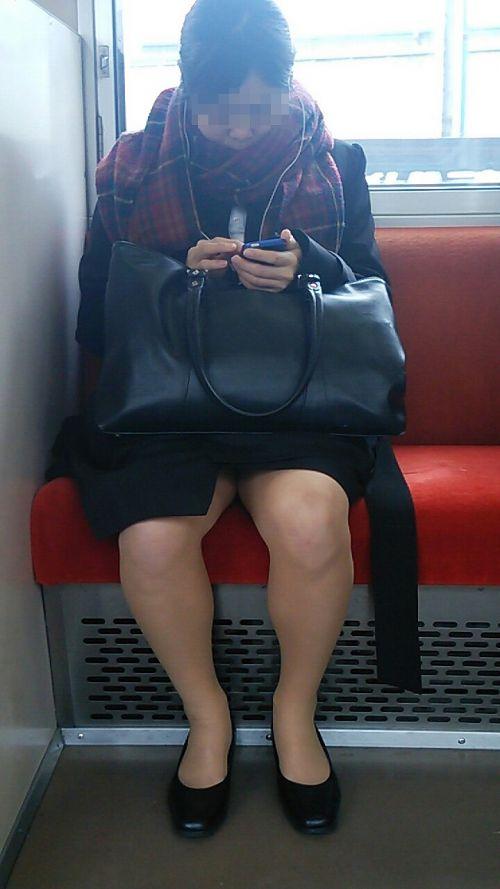 電車内で対面に座ったOLのトライアングルパンチラを盗撮したエロ画像 34枚 No.29