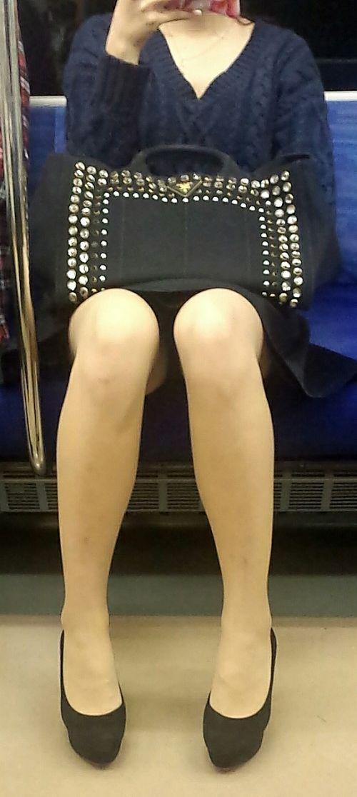 電車内で対面に座ったOLのトライアングルパンチラを盗撮したエロ画像 34枚 No.30