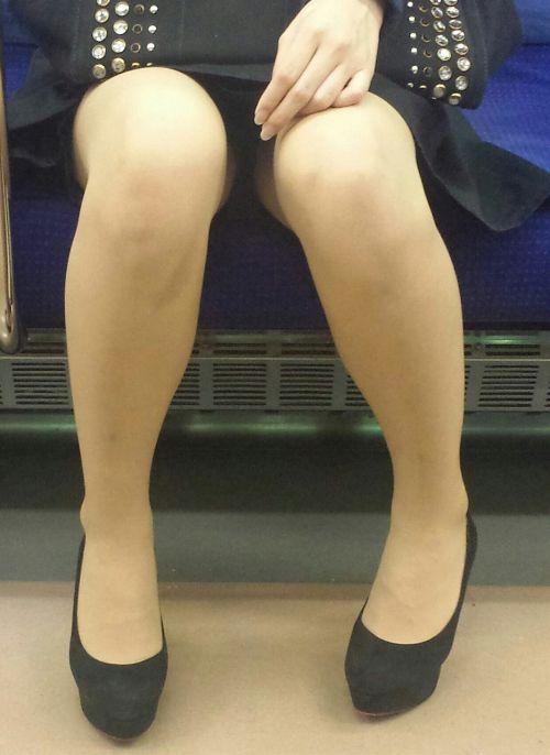 電車内で対面に座ったOLのトライアングルパンチラを盗撮したエロ画像 34枚 No.31