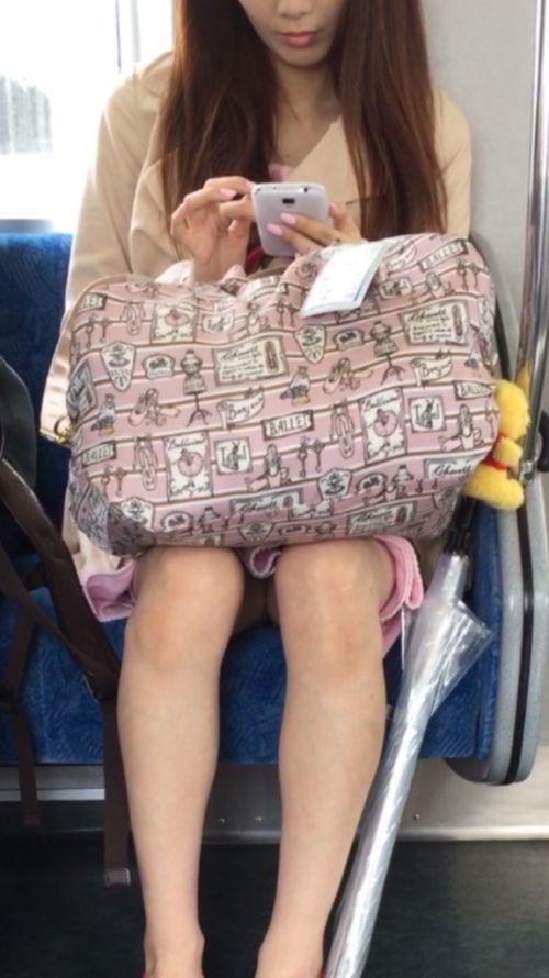 電車内で対面に座ったOLのトライアングルパンチラを盗撮したエロ画像 34枚 No.32
