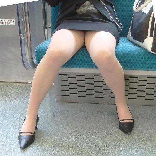 電車内で対面に座ったOLのトライアングルパンチラを盗撮したエロ画像 34枚 No.33