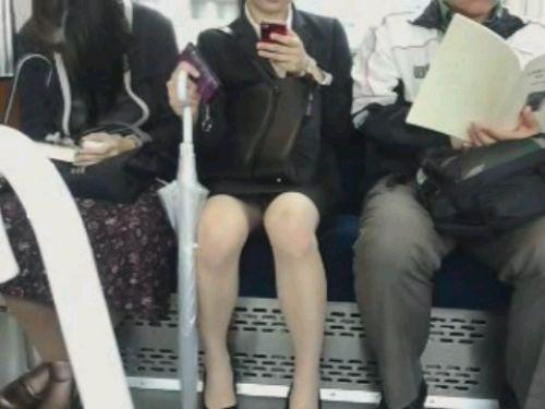 電車内で対面に座ったOLのトライアングルパンチラを盗撮したエロ画像 34枚 No.34