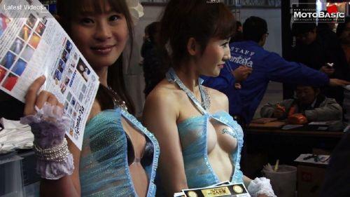 【胸チラ画像】キャンギャルは胸のエロい谷間を見せるのが本業! 36枚 No.4
