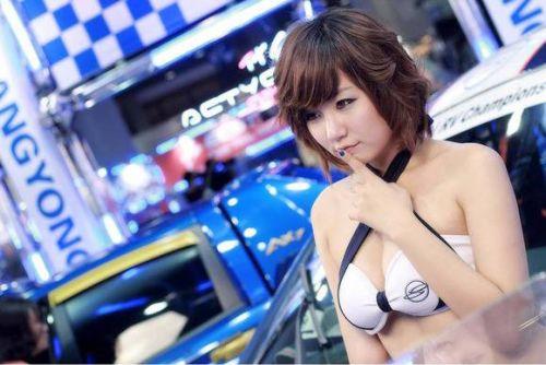 【胸チラ画像】キャンギャルは胸のエロい谷間を見せるのが本業! 36枚 No.6