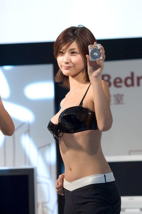 【胸チラ画像】キャンギャルは胸のエロい谷間を見せるのが本業! 36枚 No.10