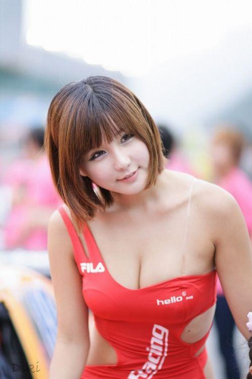 【胸チラ画像】キャンギャルは胸のエロい谷間を見せるのが本業! 36枚 No.13