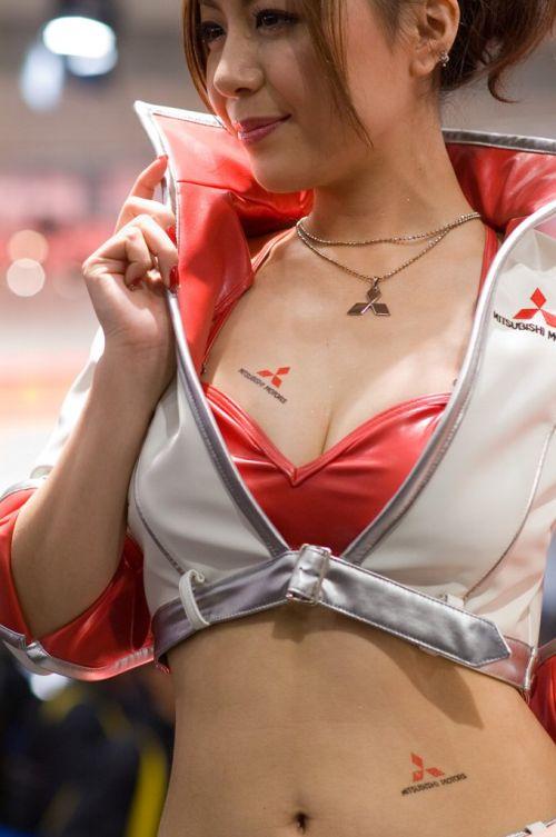 【胸チラ画像】キャンギャルは胸のエロい谷間を見せるのが本業! 36枚 No.30