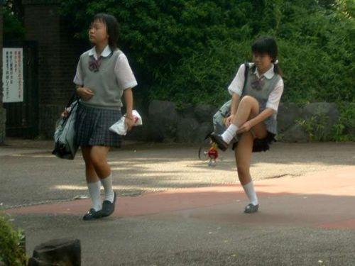 制服姿の女子校生の色んなパンティがパンモロしているエロ画像 36枚 No.4