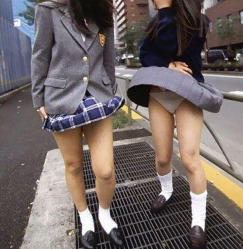 制服姿の女子校生の色んなパンティがパンモロしているエロ画像 36枚 No.8