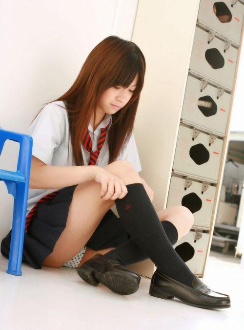 制服姿の女子校生の色んなパンティがパンモロしているエロ画像 36枚 No.9