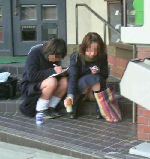 制服姿の女子校生の色んなパンティがパンモロしているエロ画像 36枚 No.30
