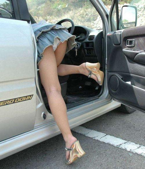自動車の乗り降りするお尻限定でパンチラを盗撮したエロ画像 35枚 No.9