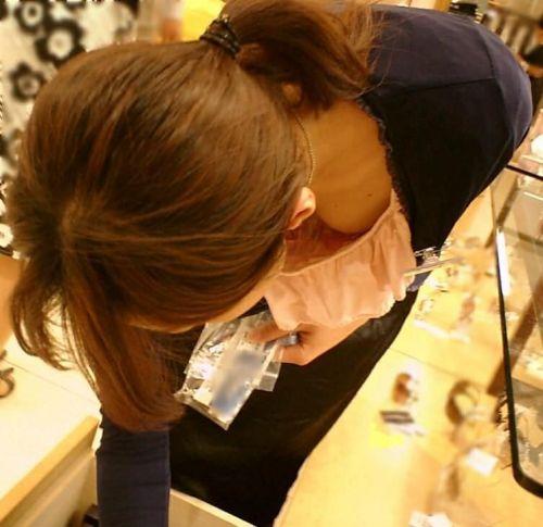 胸の谷間がエッチなショップ店員さんの胸チラを盗撮したエロ画像 38枚 No.7