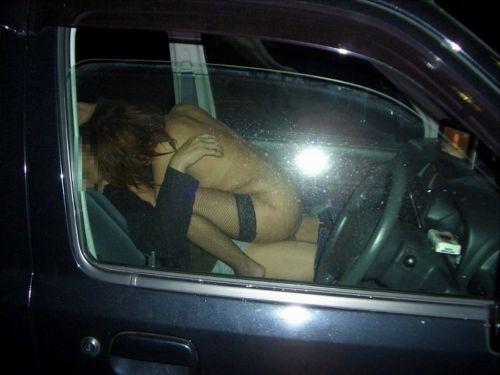 【画像】外から丸見え状態でカーセックスしてるカップルを激写したったwww 39枚 No.24