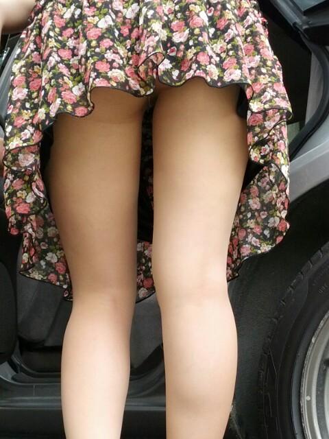 車を乗り降りする女の子の太ももやお尻のパンティラインを盗撮したエロ画像 43枚 No.3
