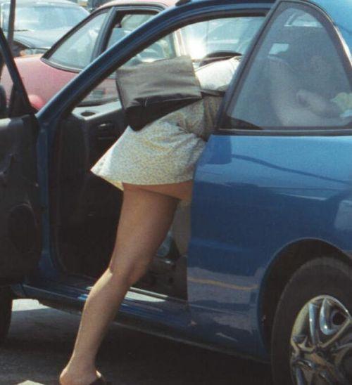 車を乗り降りする女の子の太ももやお尻のパンティラインを盗撮したエロ画像 43枚 No.9
