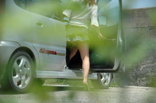 車を乗り降りする女の子の太ももやお尻のパンティラインを盗撮したエロ画像 43枚 No.10