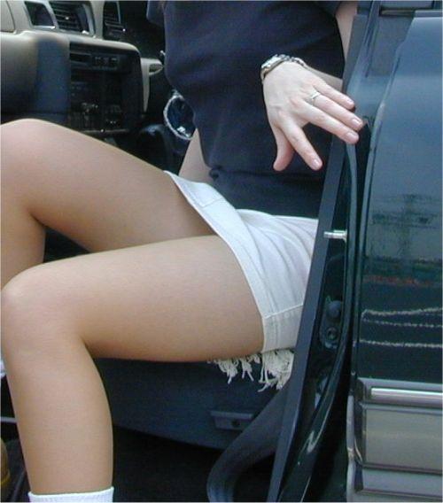 車を乗り降りする女の子の太ももやお尻のパンティラインを盗撮したエロ画像 43枚 No.21