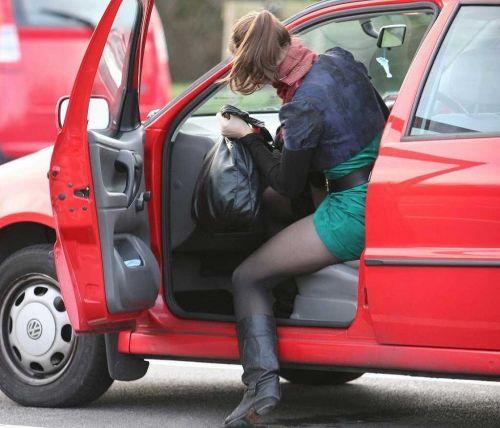 車を乗り降りする女の子の太ももやお尻のパンティラインを盗撮したエロ画像 43枚 No.27