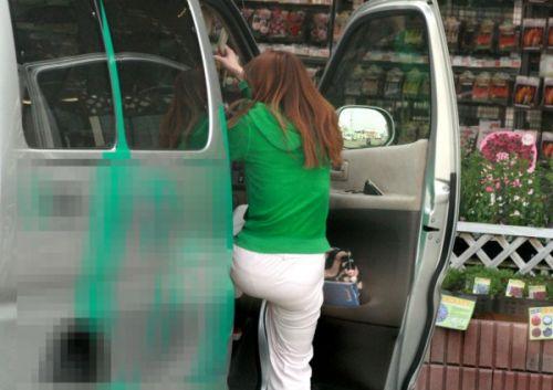 車を乗り降りする女の子の太ももやお尻のパンティラインを盗撮したエロ画像 43枚 No.34