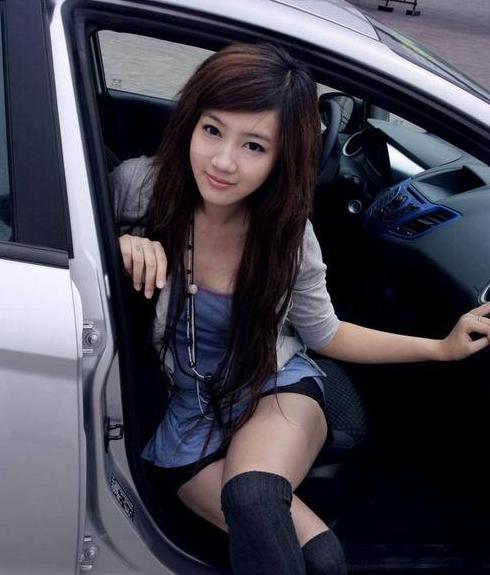 車を乗り降りする女の子の太ももやお尻のパンティラインを盗撮したエロ画像 43枚 No.35