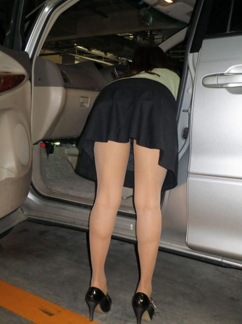 車を乗り降りする女の子の太ももやお尻のパンティラインを盗撮したエロ画像 43枚 No.41