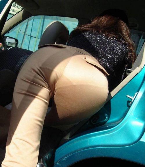 車を乗り降りする女の子の太ももやお尻のパンティラインを盗撮したエロ画像 43枚 No.43