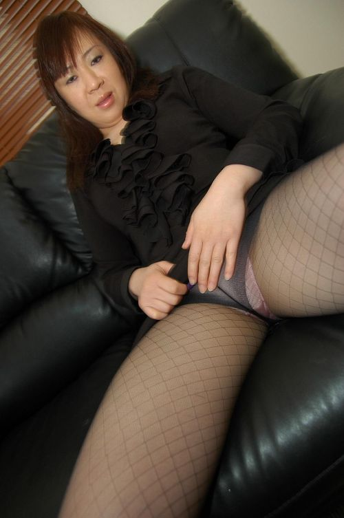 黒ストッキングを履いたの熟女の太ももとお尻に顔を埋めたくなるエロ画像 37枚 No.15