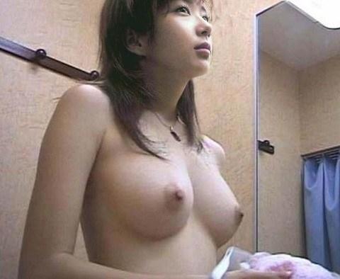 試着室で下着試着中の全裸女子を様々な角度から盗撮したエロ画像 31枚 No.21